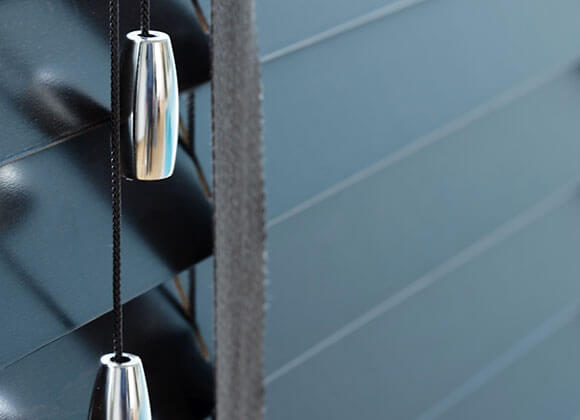 Venetian-blind-black-with-chrome-tassel